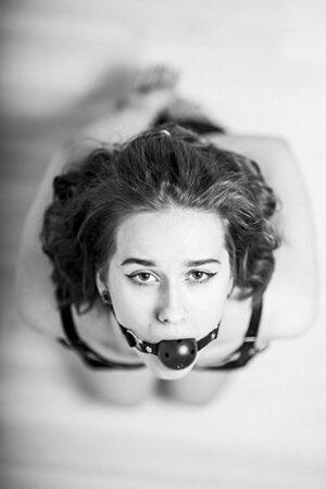 kvind med gagball i munden